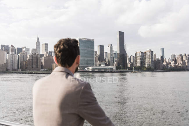 Man at East River looking on Manhattan, New York City, USA — Stock Photo