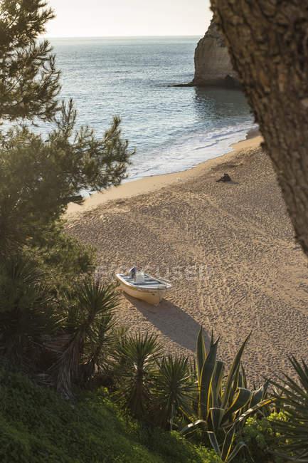 Portrugal, Carvoeiro, vista para o barco na praia — Fotografia de Stock