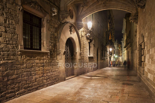 Spain, Barcelona, Barri Gotic at night — Stock Photo