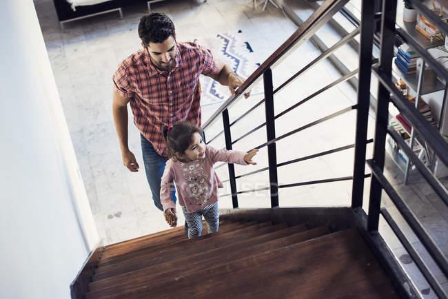 Батько і дочка сходження сходи, підвищені подання — стокове фото