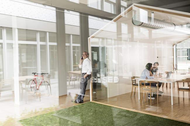 Бизнесмены Кавказа в современном офисе — стоковое фото
