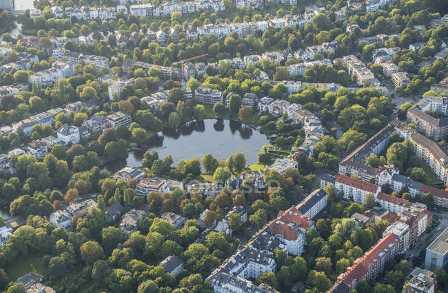 Rondeelteich lake and buildings in Hamburg — Stock Photo