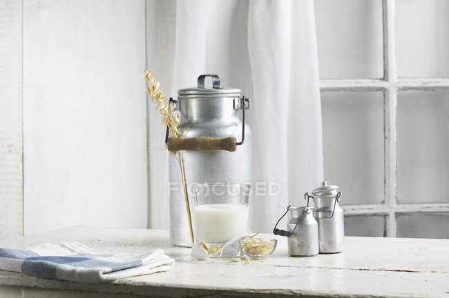 Vegan молока, дубовий молока на стіл — стокове фото
