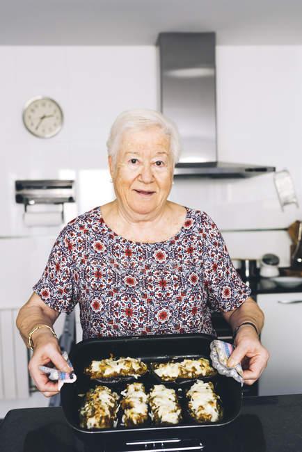 Портрет Старшие женщины показаны подготовила еду на кухне — стоковое фото