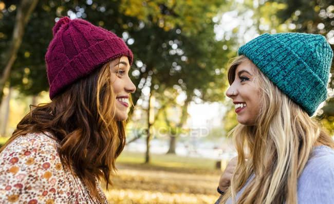 Два найкращих подруг в парку восени — стокове фото
