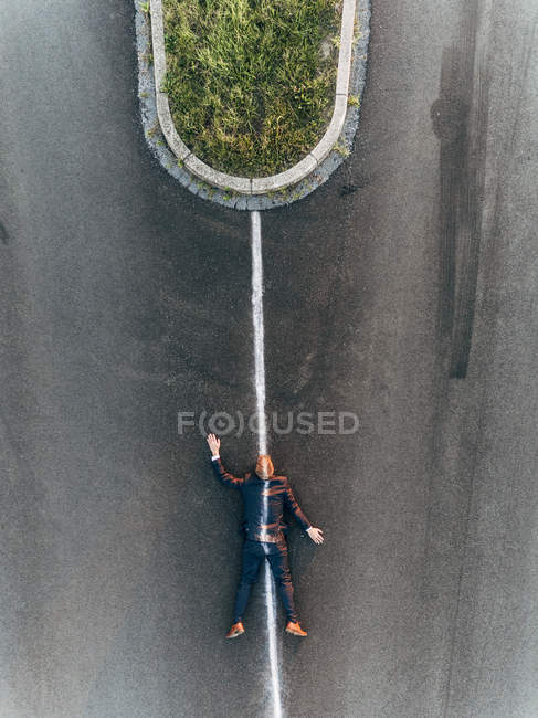Investire un uomo d'affari sdraiato sulla strada — Foto stock