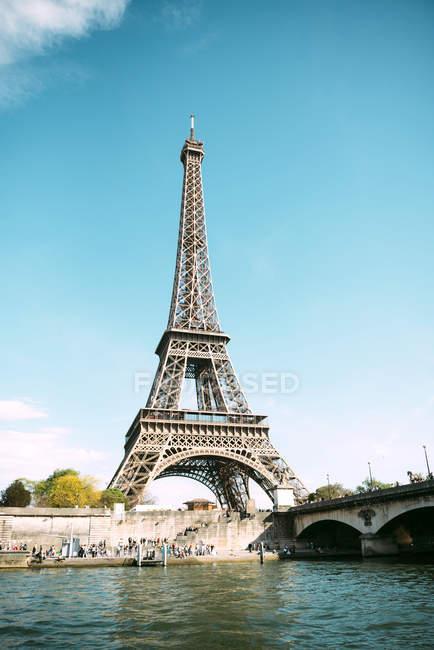 Париж, Франция. Эйфелева башня из Сены в солнечный день — стоковое фото