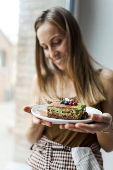 Woman preparing vegan matcha cake — Stock Photo