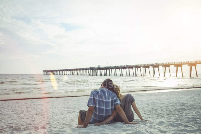 USA, Couple sitting at Panama City Beach leaning against each other — Stock Photo