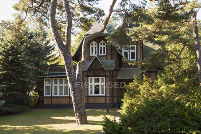 Germany, Usedom, Heringsdorf. Villa surrounded by trees — Stock Photo