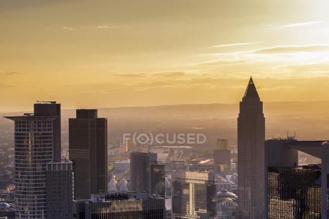 Alemanha, Frankfurt, paisagem urbana com arranha-céus ao pôr-do-sol — Fotografia de Stock