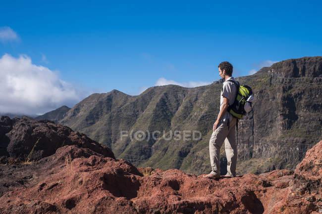 Spain, Tenerife, Teno Mountains, Masca, Trekking, barefoot trekker standing on the cliff — Stock Photo