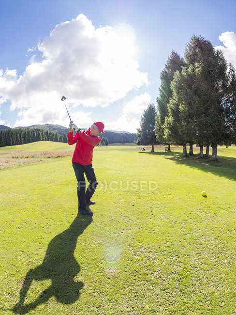 Senior Golfer spielt auf Golfplatz — Stockfoto
