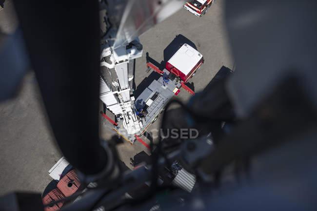 Mechaniker warten Löschfahrzeug in Werkstatt — Stockfoto