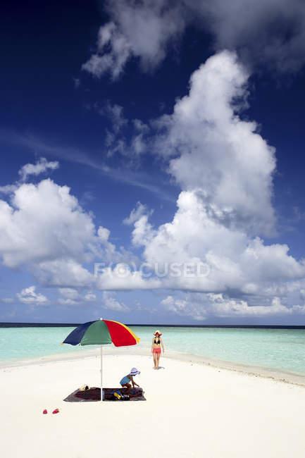 Maldivas, Gulhi, madre e hija en el banco de arena en aguas poco profundas - foto de stock