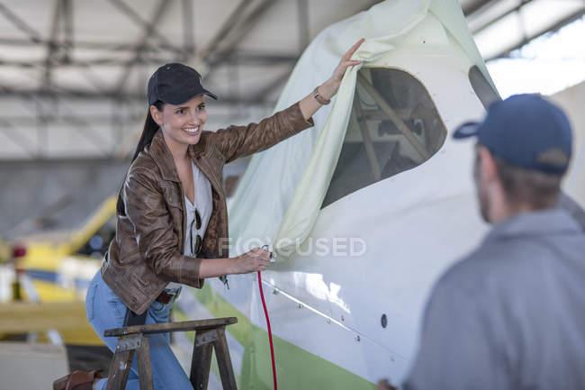 Женский пилот, положить крышку на легких самолетов — стоковое фото