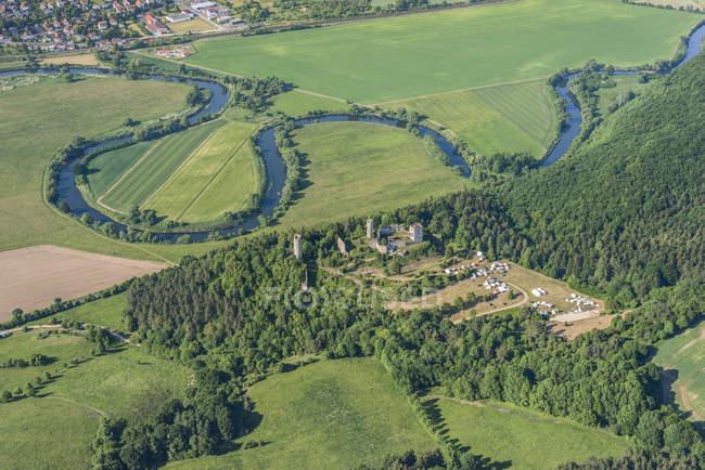 Vista aérea de Alemanha, Lauchroeden, de Werraschleife, o castelo em ruínas Brandenburg e barraca de acampamento — Fotografia de Stock