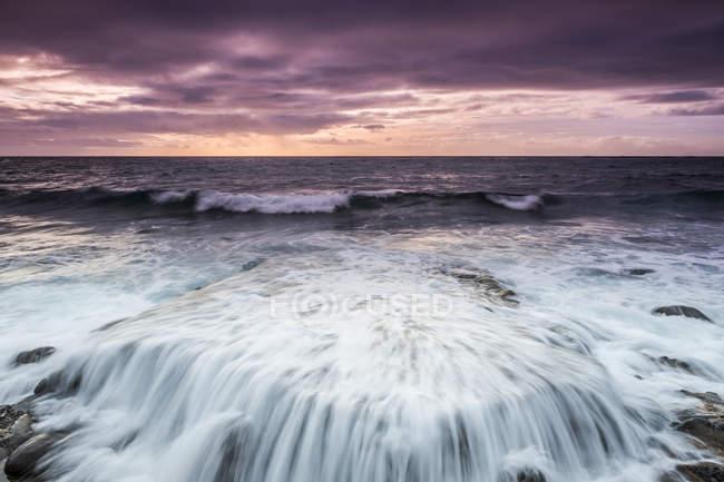 España, Tenerife, mar al atardecer - foto de stock