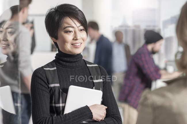 Усміхаючись випадковий бізнес-леді проведення цифровий планшетний в місто office зустрічі — стокове фото