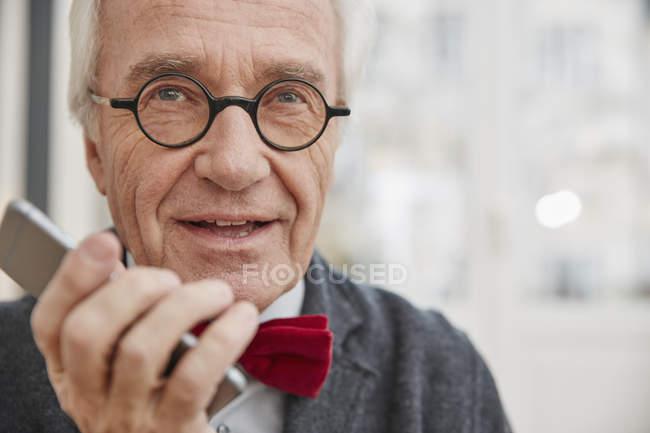 Senior man using cell phone, closeup — Stock Photo