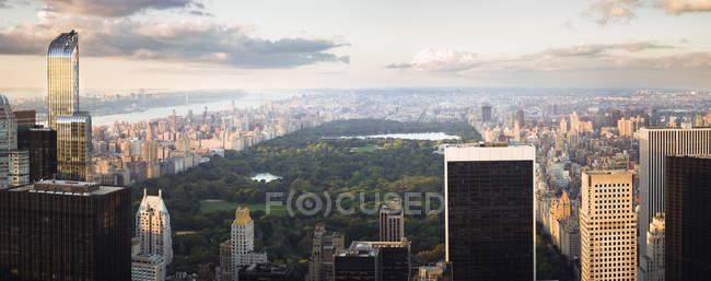 Estados Unidos, Nueva York, horizonte con Central Park al atardecer - foto de stock