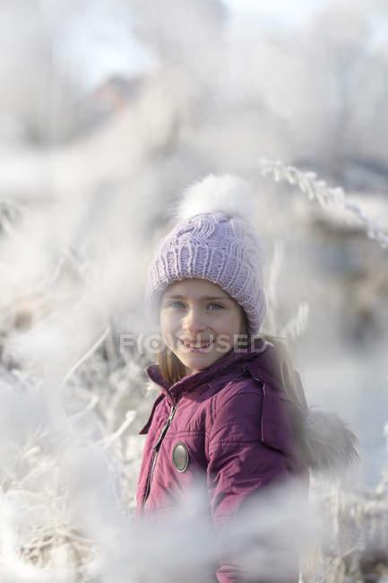 Портрет счастливая девушка носить шапка с помпоном зимой — стоковое фото