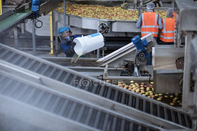 Worker wearing protective mask at apple distribution factory — Stock Photo