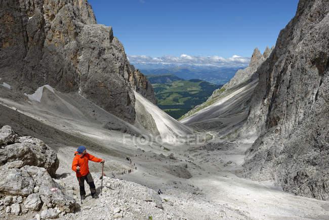 Italy, Alto Adige, Dolomites, Hiker at Langkofelscharte — Stock Photo