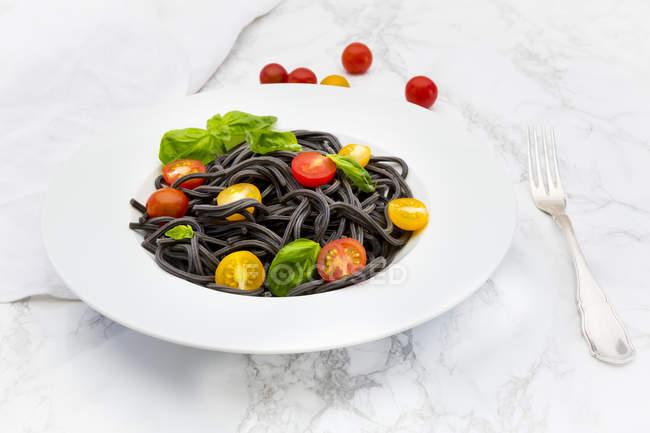Teller mit Spaghetti al nero di seppia — Stockfoto