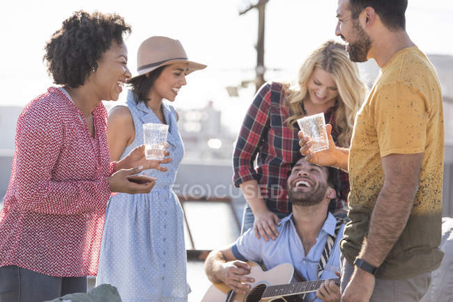 Друзья на вечеринке rooftop, Лос-Анджелес, США — стоковое фото