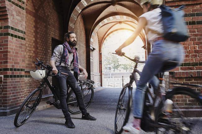 Portrait d'homme attendant femme cycliste — Photo de stock