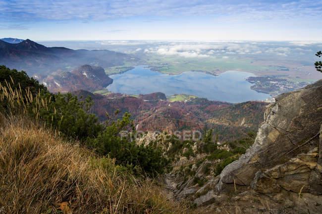 Alemania, Baviera, Jochberg, vista del lago Kochelsee - foto de stock