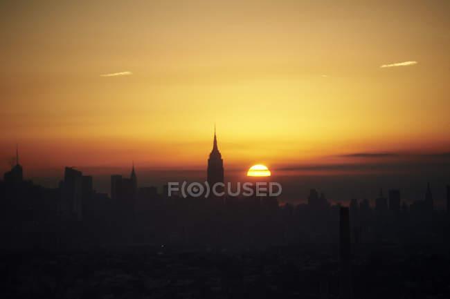 Paisaje urbano con el Empire State building al amanecer, ciudad de Nueva York, Estados Unidos - foto de stock