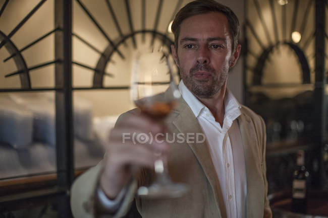 Крупным планом серьезный человек, дегустации вина — стоковое фото
