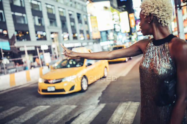 Femme attraper taxi cab sur Times Square, nuit, Usa, New York City — Photo de stock