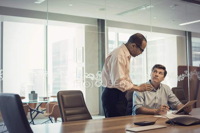 Zwei Geschäftsleute arbeiten im Büro zusammen — Stockfoto