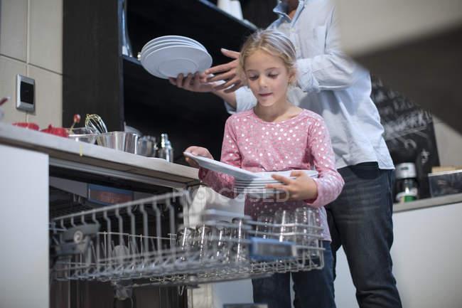 Дочка упаковка пластин в посудомийній машині — стокове фото