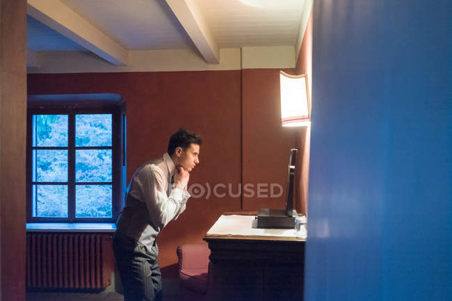Groom getting ready for wedding — Stock Photo