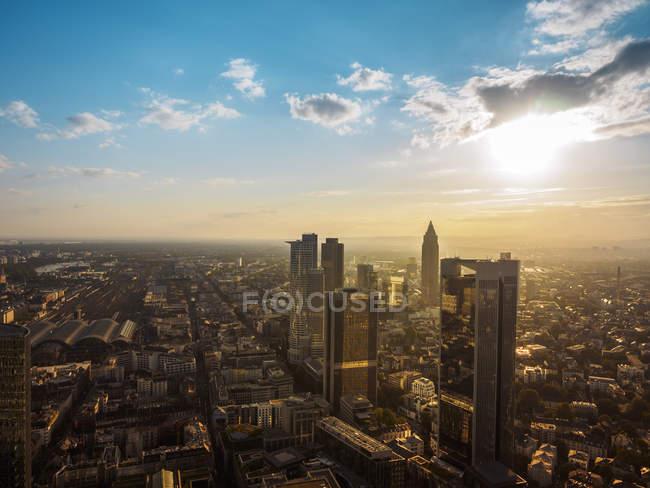 Alemanha, Frankfurt, vista aérea da paisagem urbana ao pôr do sol — Fotografia de Stock