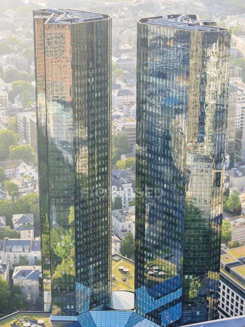 Deutschland, Frankfurt, moderne Wolkenkratzer mit Spiegelungen an Fassaden — Stockfoto