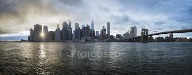 États-Unis, New York, horizon au coucher du soleil — Photo de stock
