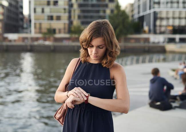 Germania, Amburgo, Giovane donna guardando orologio — Foto stock