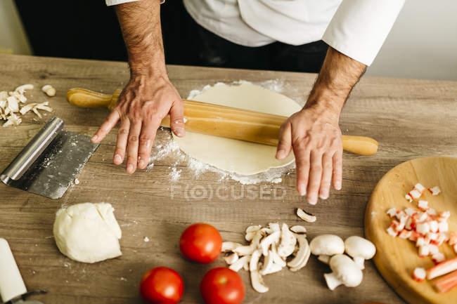 Image recadrée de Chef prépare la pizza à la maison — Photo de stock