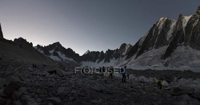 França, Chamonix, Geleira Argentiere, les Droites, Les Courtes, grupo de montanhistas caminhadas no inverno — Fotografia de Stock