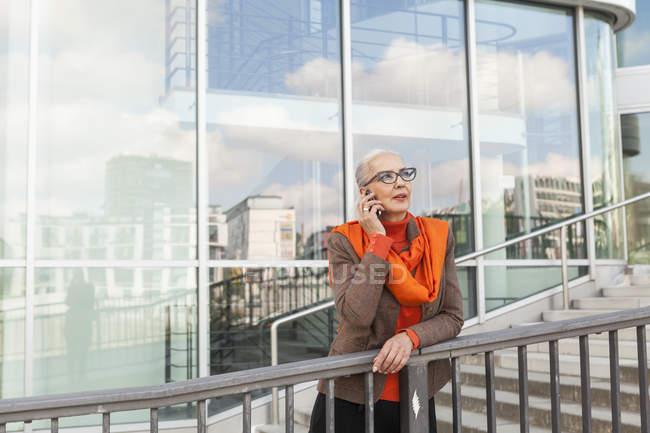 Porträt einer modischen reifen Frau am Telefon — Stockfoto