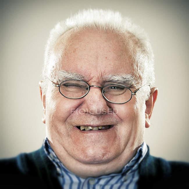 Портрет усміхнений старший чоловік дивиться на камеру — стокове фото
