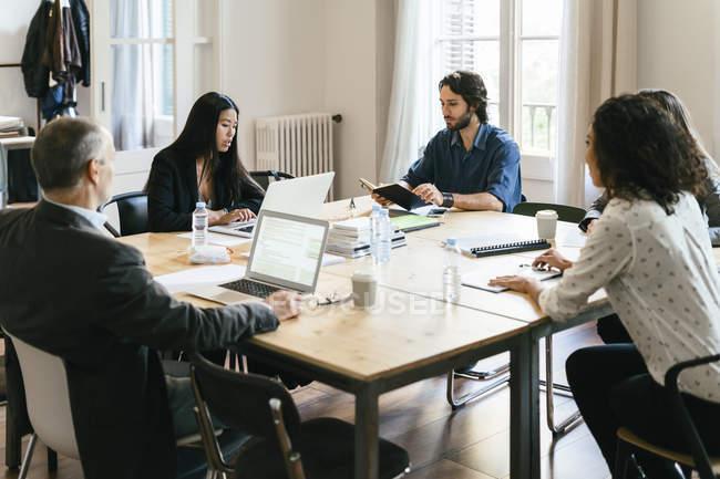 Les gens d'affaires ayant une réunion d'équipe au bureau — Photo de stock