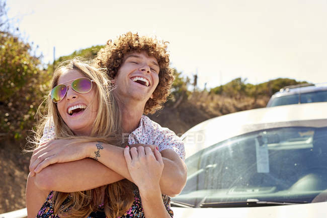 Carefree couple hugging outdoors in summer — Stock Photo
