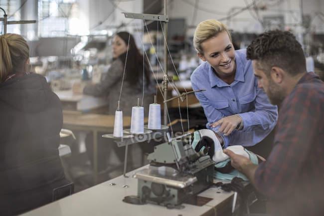 Персонал працює на текстильна фабрика в таблиці з швейні машини — стокове фото