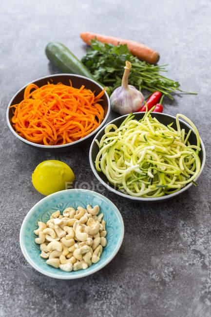 Ингредиенты Салат овощной лапшой — стоковое фото